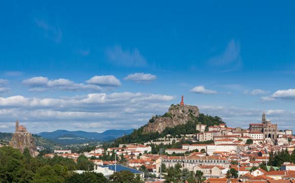 Vue aérienne du Puy-en-Velay: St-Michel Aiguilhe, la Vierge, et la cathédrale